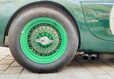 Зеленые колеса и оправа на классическом автомобиле стоковое фото