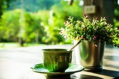 Зеленые кружки кофе стоковое изображение
