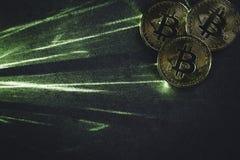 Зеленые лазерный луч и bitcoins стоковая фотография rf