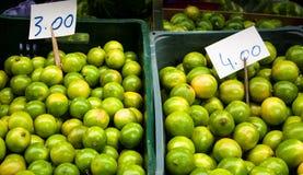 Зеленые лимоны в местном рынке Стоковое Фото