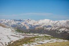 Зеленые луг и горы Snowy на летний день в национальном парке скалистой горы стоковые фото