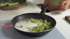 Зеленые овощи зажаренные в духовке с молоком кокоса в лотке тарелка тайская сток-видео