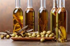 Зеленые оливки и бутылки оливкового масла с warious специями и им Стоковая Фотография RF