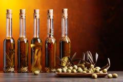 Зеленые оливки и бутылки оливкового масла с warious специями и им Стоковое Изображение