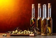 Зеленые оливки и бутылки оливкового масла Стоковое Фото