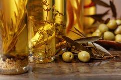 Зеленые оливки и бутылки оливкового масла Стоковая Фотография RF