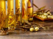 Зеленые оливки и бутылки оливкового масла Стоковое Изображение