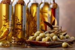 Зеленые оливки и бутылки оливкового масла Стоковое Изображение RF