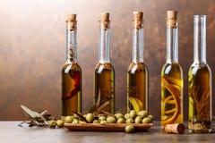 Зеленые оливки и бутылки оливкового масла Стоковые Фото