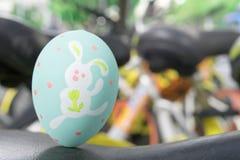 Зеленые пасхальные яйца стоя на черной коже, подготавливают для охотника яичка традиционного Стоковая Фотография