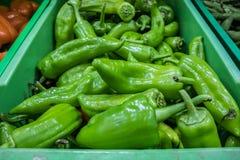 Зеленые перцы в супермаркете стоковое изображение