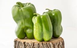 Зеленые перцы на деревянном дисплее Стоковая Фотография RF