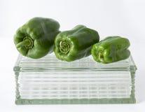 Зеленые перцы на стеклянном дисплее Стоковое фото RF