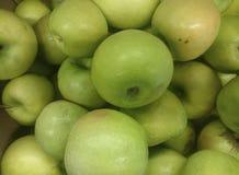 Зеленые плоды яблока в супермаркете стоковые изображения