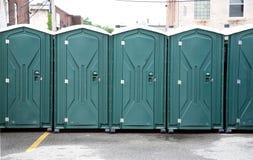 зеленые портативные туалеты рядка стоковое изображение rf