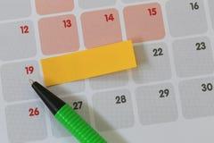Зеленые пункты ручки к 19 номерам календаря и имеют пробел Стоковая Фотография RF