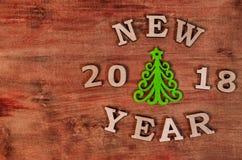 Зеленые рождественская елка и Новый Год знака от деревянного письма Стоковые Изображения RF