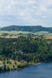 Зеленые сельская местность и озеро стоковые фотографии rf