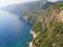 Зеленые скалы и seascapes летом Закинфом стоковые изображения rf