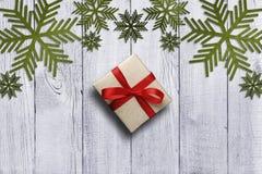 Зеленые снежинки, красный смычок подарка Стоковое Изображение RF