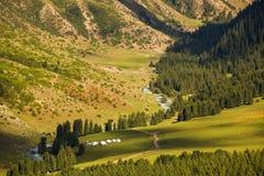 Зеленые солнечные glade и кемпинг Долина Jeti oguz kyrgyzstan Стоковые Фотографии RF