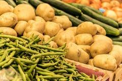 Зеленые фасоли, ирландские картошки, огурцы, луки стоковые фото