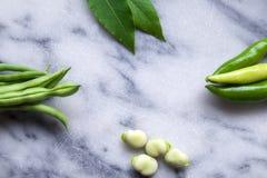 Зеленые фасоли, листья базилика широких фасолей и зеленые чили на wh стоковые изображения rf