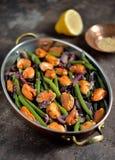 Зеленые фасоли с мидиями, красными луками и сезамом vegetarian еды здоровый Стоковое фото RF