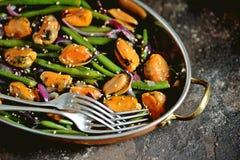 Зеленые фасоли с мидиями, красными луками и сезамом vegetarian еды здоровый Стоковые Фото