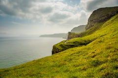 Зеленые холмы и голубые ирландские океаны стоковая фотография rf