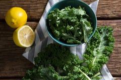 Зеленые цвета и лимон мустарда на деревянном столе Стоковая Фотография RF