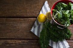 Зеленые цвета и лимон мустарда на деревянном столе Стоковая Фотография
