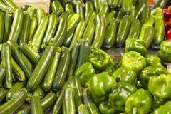 зеленые цукини и перцы в супермаркете Стоковое Изображение