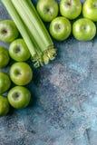Зеленые яблоки и сельдерей на голубой конкретной предпосылке Программа вытрезвителя, план диеты, потеря веса r стоковое фото