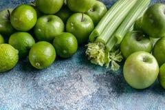 Зеленые яблоки, сельдерей и известки на конкретной предпосылке Программа вытрезвителя, план диеты, потеря веса r стоковые изображения rf