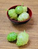 Зеленые Noni или Morinda Citrifolia приносить на деревянном столе стоковое изображение rf