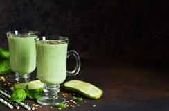 Зеленые smoothies с авокадоом, огурцом, базиликом и granola Стоковое Изображение