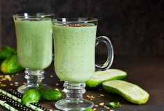 Зеленые smoothies с авокадоом, огурцом, базиликом и granola Стоковое Фото