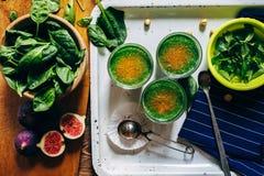 Зеленые smoothies с листьями свежей мяты Стоковые Изображения