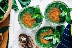 Зеленые smoothies с листьями свежей мяты Стоковое Фото