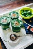 Зеленые smoothies с листьями свежей мяты Стоковое Изображение