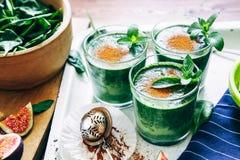 Зеленые smoothies с листьями свежей мяты Стоковые Фото