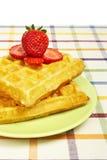 зеленые waffles клубник плиты Стоковые Фото