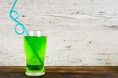 Зеленый безалкогольный напиток с трубой коктеиля на таблице Стоковое Изображение RF