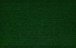 Зеленый бинарный код на предпосылке текстуры экрана компьютера Стоковое фото RF
