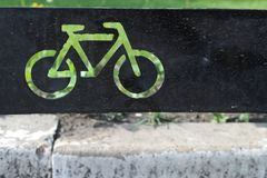 Зеленый велосипед на черной предпосылке Стоковое Фото