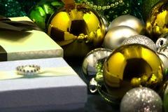 Зеленый венок рождества украшенный с гигантским золотым, стеклянным шариком и glittery золотым шариком стоковое изображение