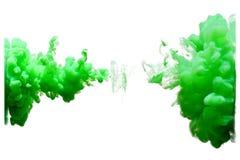 Зеленый выплеск падения цвета воды на белой изолированной предпосылке Стоковое Фото