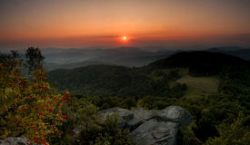 зеленый заход солнца гор стоковые изображения rf