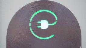 Зеленый знак электророзетки для электрических автомобилей Концепция консервации ресурсов eco дружелюбной акции видеоматериалы
